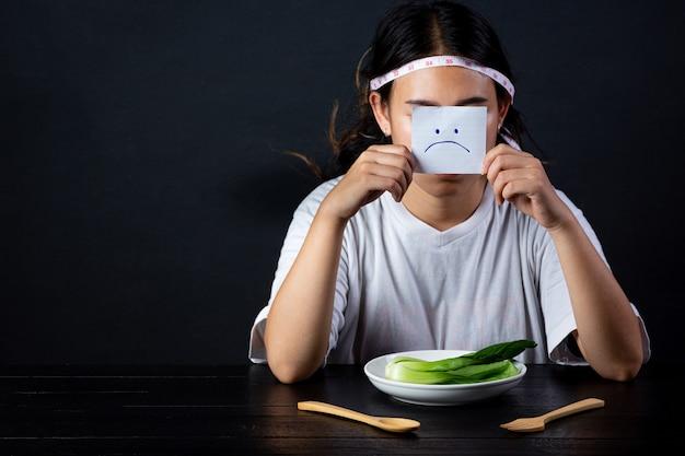 ダイエットに飢えている落ち込んでいる女性