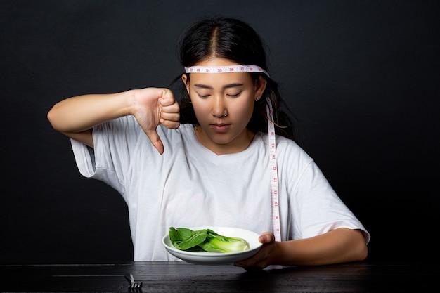 Подавленная женщина, голодная от диеты