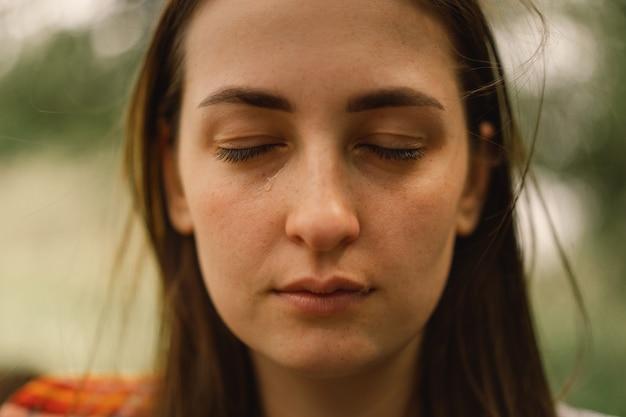 Подавленная женщина на открытом воздухе девушка плачет женщина без макияжа отрицательные человеческие эмоции
