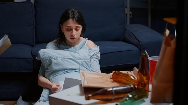 퇴거 통지서를 읽고 우울한 여성이 충격을 받아 울고 있다