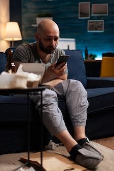 Подавленный обеспокоенный мужчина читает уведомление арендатора о неоплаченных банковских счетах новости