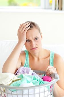 憂鬱な若い女性が洗濯をしている