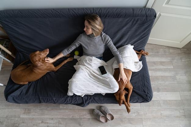 Депрессия после предательства: самка среднего возраста проводит время с двумя собаками, избегает общения с людьми, преданными мужем и лучшими друзьями, разводом и увольнением с работы. концепция одиночества