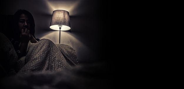 어두운 방에 혼자 우울증 여자입니다. 정신 건강 문제, ptsd는 외상 후 스트레스 장애입니다.