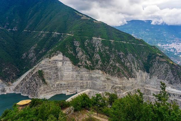 Deriner 댐은 터키 artvin province의 coruh 강에 있는 콘크리트 이중 곡선 아치 댐입니다.