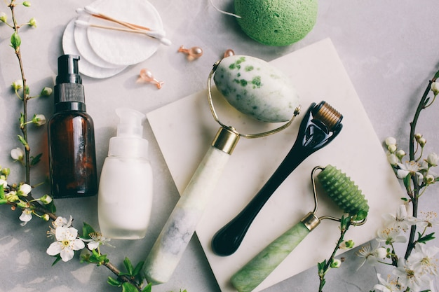 ダーマローラーとアンチエイジングフェイスクリームの横にある美容液美容業界医療用マイクロニードリング治療用ダーマローラー医療用メロンダー