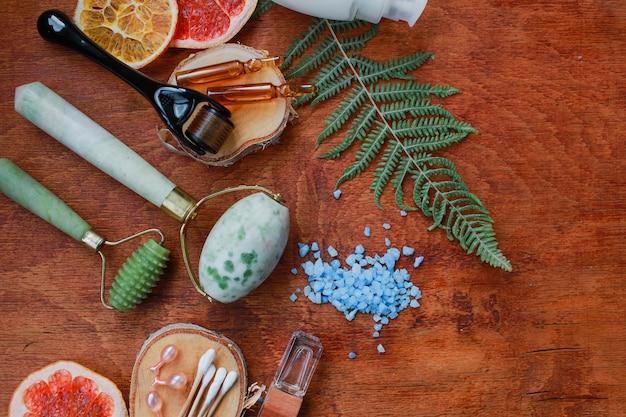 Dermaroller и сыворотка рядом с антивозрастным кремом для лица крупный план косметической промышленности dermaroller для медицины