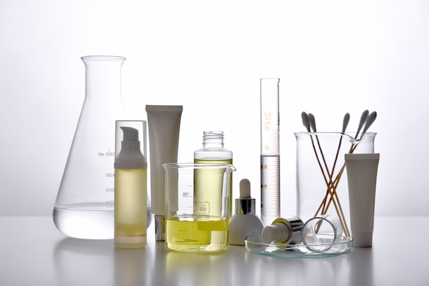 皮膚科医は、医薬品のスキンケア、化粧品ボトルの容器、科学用ガラス器具を処方および混合し、美容製品のコンセプトを研究開発します。