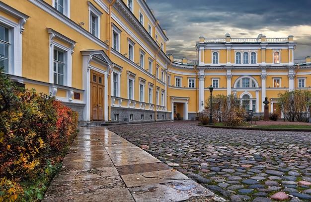 Derzhavinmuseum-曇りの秋の空の下のサンクトペテルブルクの不動産