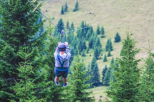 金属ケーブルで山から降りる Premium写真