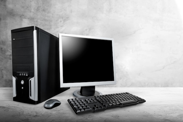 나무 책상에 데스탑 컴퓨터
