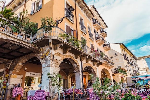 Desenzano del garda, 이탈리아 - 2021년 9월 21일: 그림 같은 이탈리아 레스토랑의 테라스.