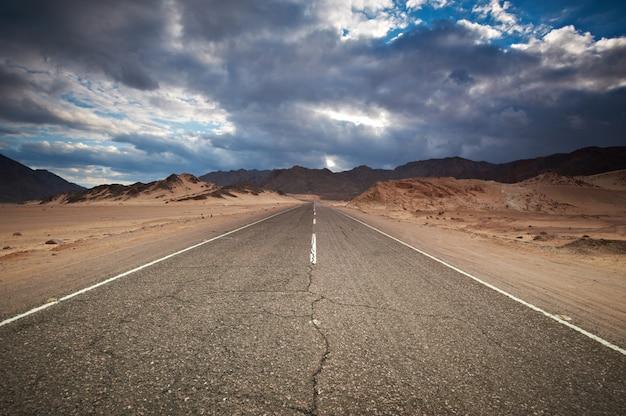 Шоссе пустыни и горы. синай, египет