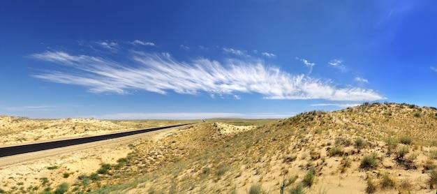모래를 통과하는 사막 고속도로