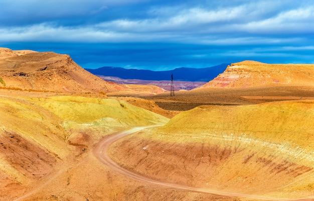 北アフリカ、モロッコのアイットベンハドゥ村近くの砂漠の風景
