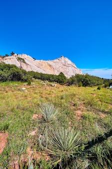 배경과 푸른 하늘에 가벼운 바위 산과 사막 풍경