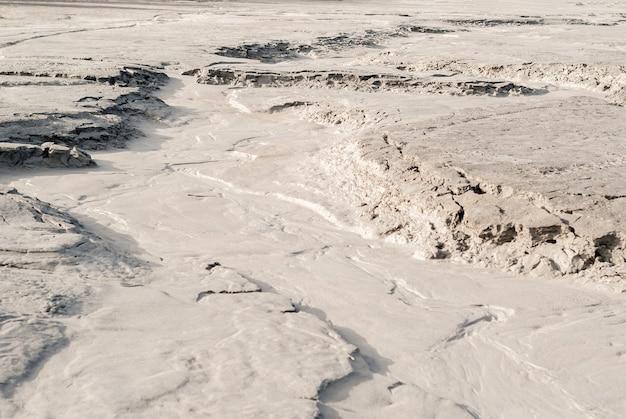 침식의 흔적과 건조한 강바닥이 있는 사막 풍경