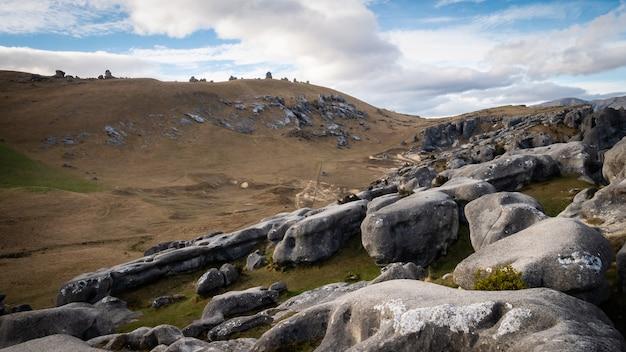 캐슬 힐 뉴질랜드의 아름다운 위치에서 전경에 바위가 있는 풍경과 같은 사막