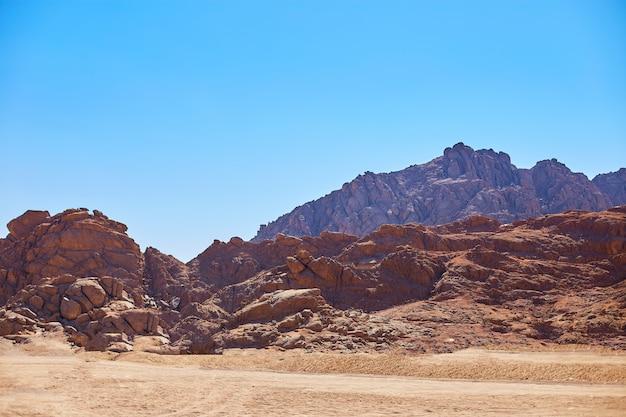 砂漠の山々。砂漠の美しい砂丘。