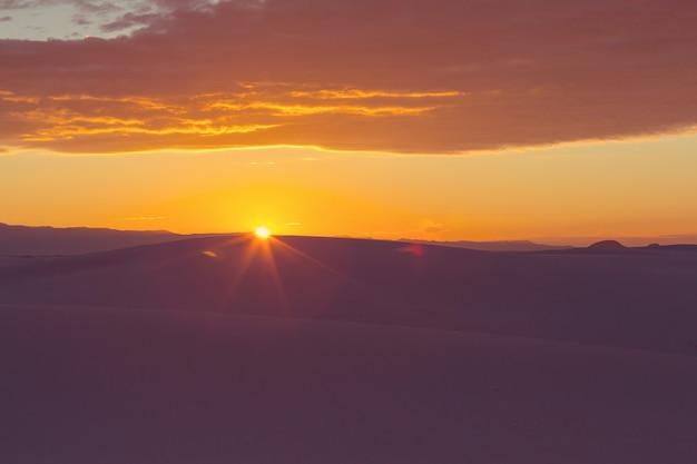 日の出の砂漠