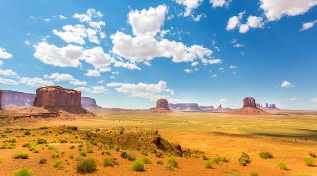 砂漠、赤い砂岩の山々曇り空