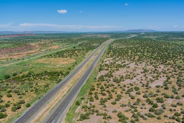 米国アリゾナ州の砂漠の風景に囲まれた新しい2車線道路の砂漠道路空中