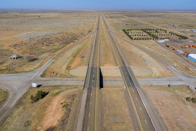 米国ニューメキシコ州サンジョン近くの砂漠の風景に囲まれた新しい2車線道路の砂漠道路の空中パノラマ