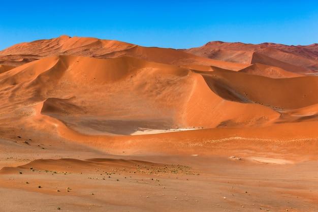 사막 모래 언덕 푸른 하늘