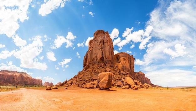 砂漠、砂岩の山々、曇り空