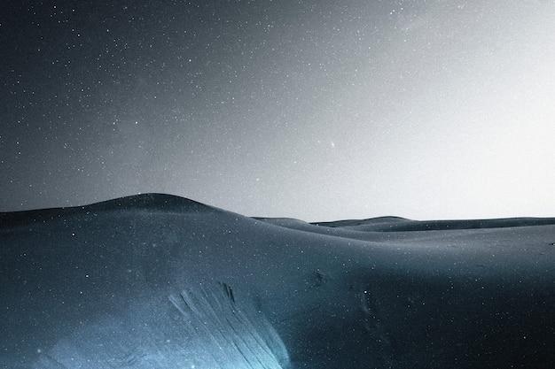 Deserto sotto il cielo stellato sullo sfondo del paesaggio multimediale remixato estetico