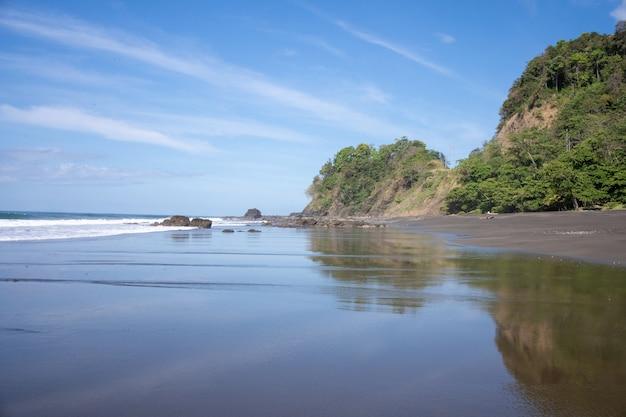 岩のある人けのないビーチ