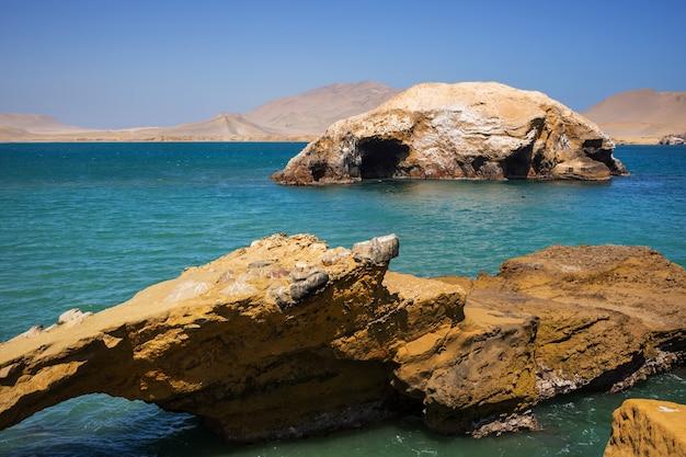 南アメリカ、ペルー、太平洋の人けのない海岸線の風景