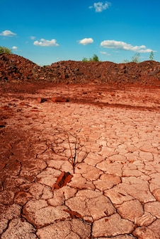 Пустынная потрескавшаяся земля возле карьера в кривом роге