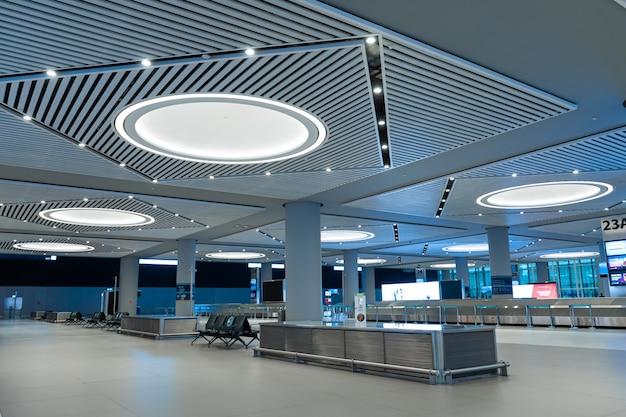 Заброшенный современный зал прибытия в международном аэропорту стамбула.