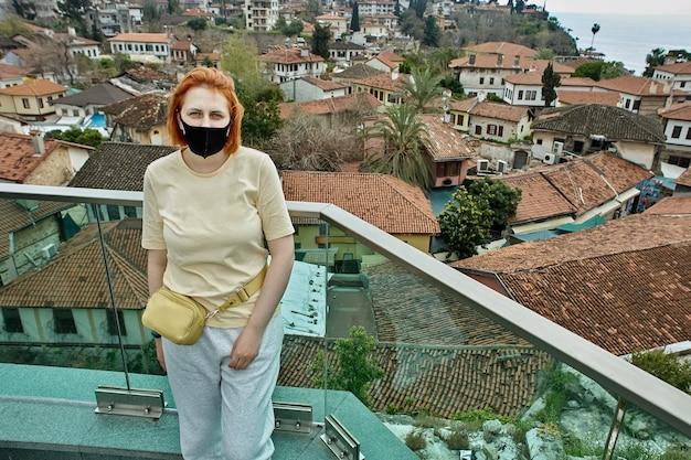 안탈리아 유럽 관광객의 버려진 터키 휴양지, 보호용 안면 마스크 착용