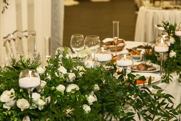 白いバラ緑の葉キャンドルと結婚披露宴のデザインと装飾の装飾