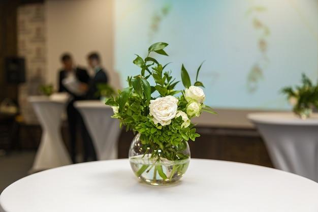 Дизайн и декор оформление свадебного торжества белыми розами зелеными листьями