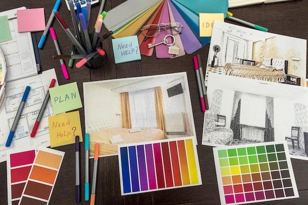 オフィスでリノベーションカラーパレットの青写真を描く建築設計。住宅建設