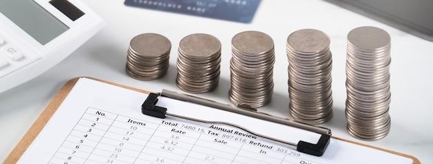 전자 장치 및 신용 카드로 지불하는 계산기로 연간 요약 분석 검토 보고서의 설계 개념.
