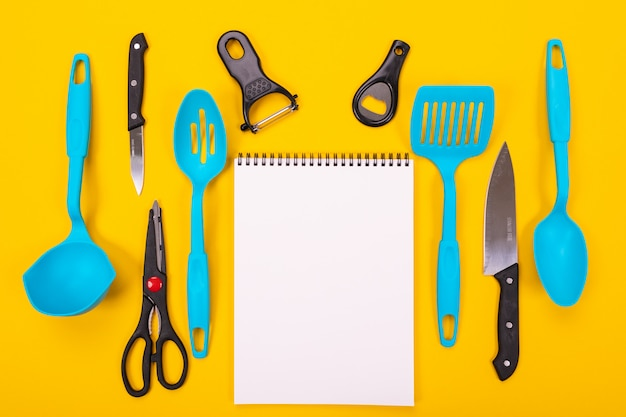黄色の背景に分離された台所用品のデザインコンセプト