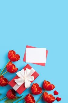 빨간 튤립 꽃다발과 어머니의 날 인사말 선물의 디자인 컨셉