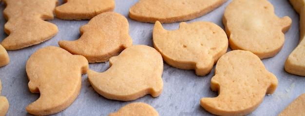ハロウィーンのクッキーを作る、パーティーの準備、オーバーヘッド、空白のコピースペースの上面レイアウトのデザインコンセプト。