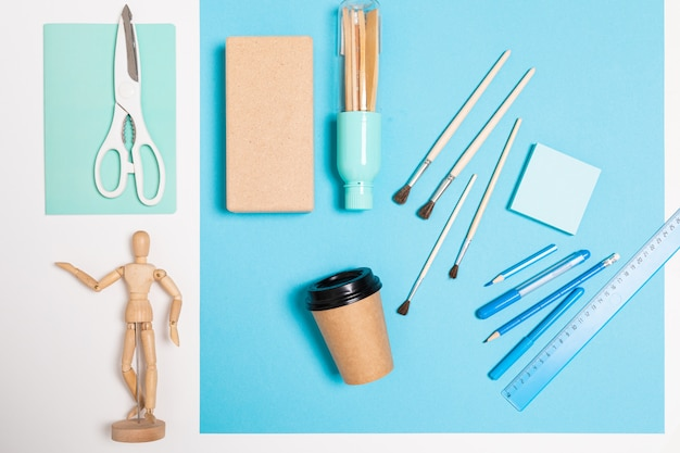 デザインのコンセプト。青いテーブルの塗装用品