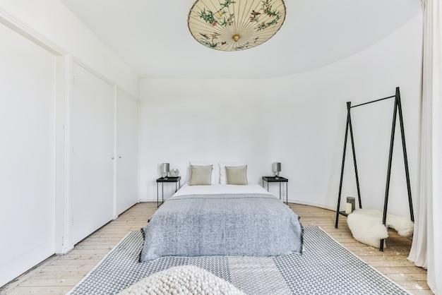 흰 벽이있는 아늑하고 밝은 침실 디자인