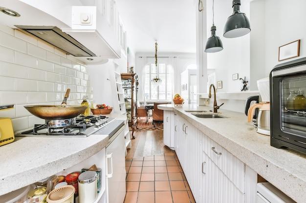호화로운 집의 아늑한 부엌 디자인