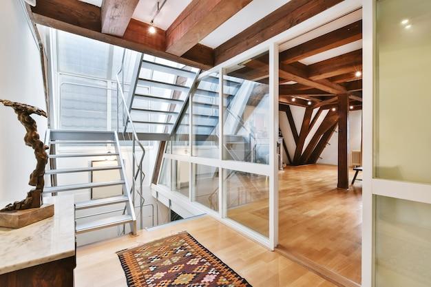 Дизайн удобной лестницы в спальню