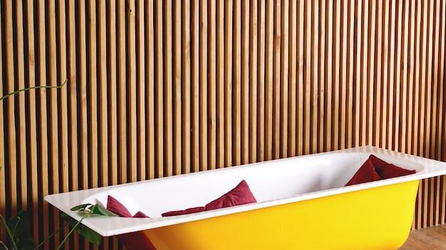 Дизайн лофта интерьер ванной комнаты или комнаты. желтая ванна современного дизайна.