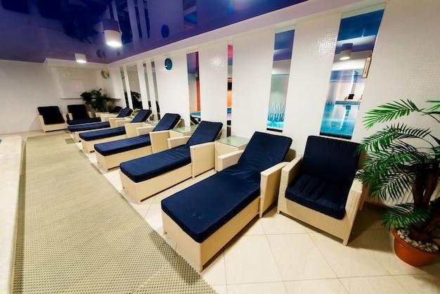 Дизайн бассейна с местами для отдыха