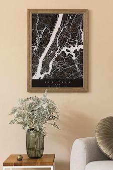 지도, 세련된 커피 테이블, 회색 소파, 꽃병에 꽃과 우아한 개인 액세서리가있는 거실의 스칸디나비아 홈 인테리어를 디자인합니다. 현대적인 홈 스테이징. japandi.