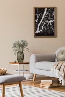 지도, 세련된 커피 테이블, 회색 소파, 격자 무늬, 벤치, 꽃병에 꽃과 우아한 개인 액세서리가있는 거실의 스칸디나비아 가정 인테리어를 디자인하십시오. 현대적인 홈 스테이징.